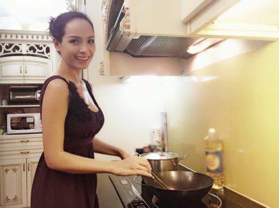 """Cựu người mẫu Thúy Hạnh: """"Con đường ngắn nhất giữ lửa hạnh phúc là đi qua…dạ dày"""""""