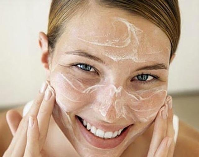 Làm đẹp da mặt sau sinh với sữa mẹ
