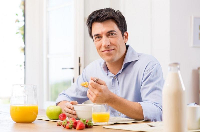 Bột hay tinh bột nghệ trộn mật ong dùng ăn hàng ngày là cách phổ biến mà người bệnh đau dạ dày thường dùng.