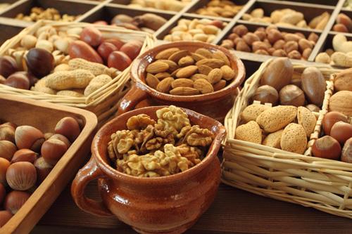 """Các loại hạt khô rất thích hợp cho người bệnh đau bao tử """"nhấm nháp"""" để thấm bớt dịch acid trong bao tử."""