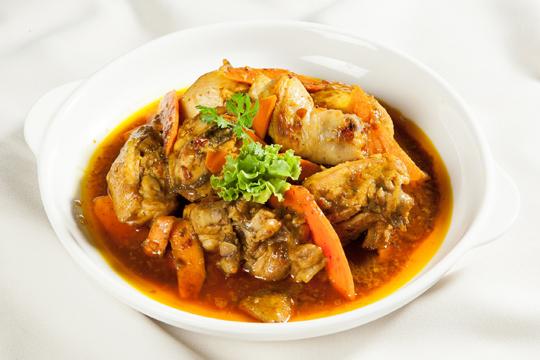 Thịt gà nấu gừng nghệ là món ăn dễ nấu và thích hợp cho người đau dạ dày.