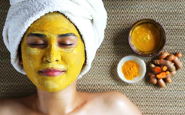 Mặt nạ nghệ giúp dưỡng trắng cho làn da sau sinh.