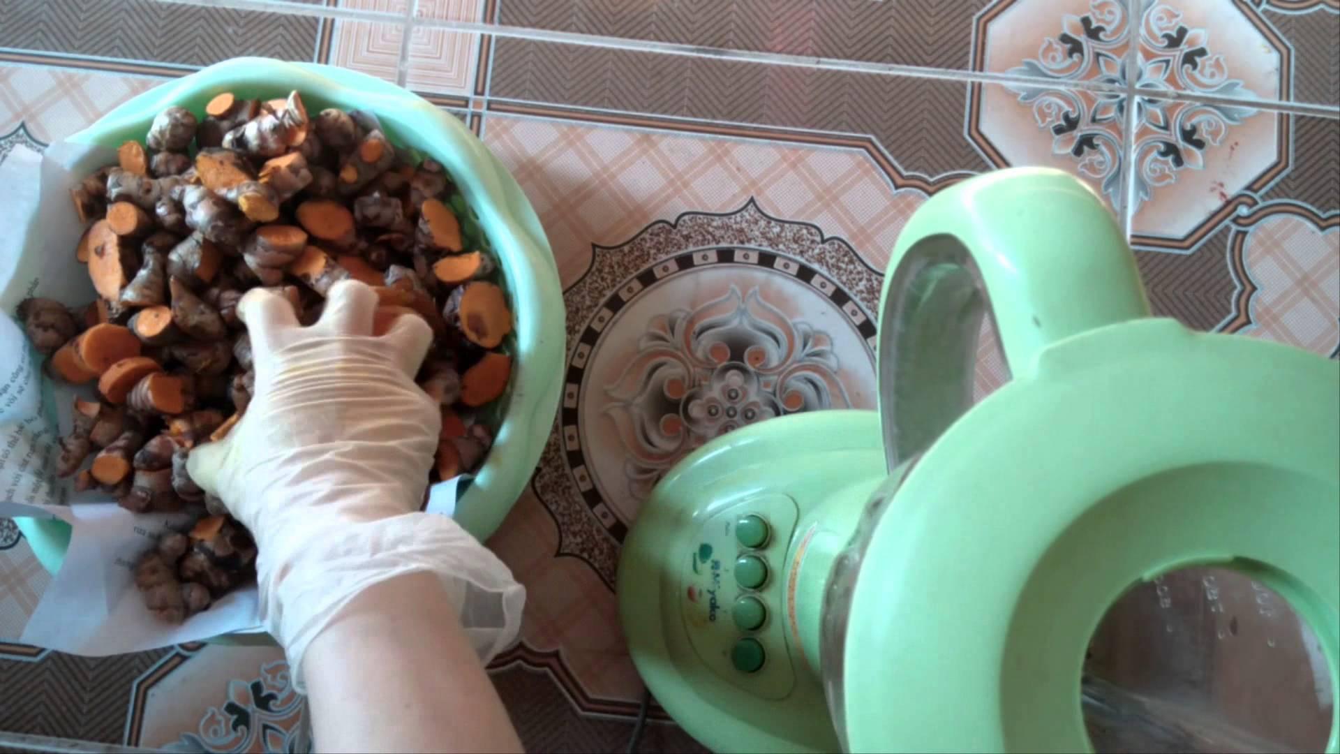 Kinh nghiệm chọn nguyên liệu trong cách làm tinh bột nghệ tại nhà.