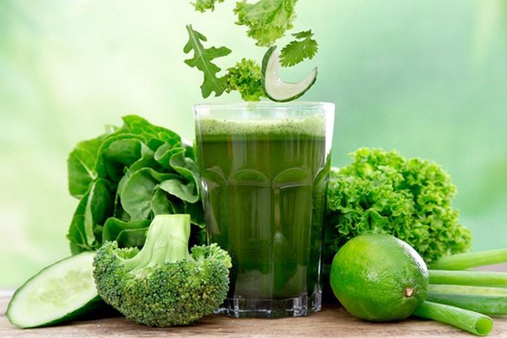Uống nước ép cần tây sau khi ăn nhiều chất béo giúp giảm lượng mỡ trong cơ thể