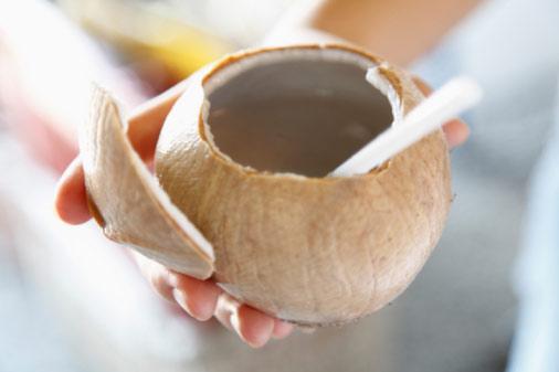 Uống nước dừa giúp bổ sung nhiều dưỡng chất cho người bệnh.
