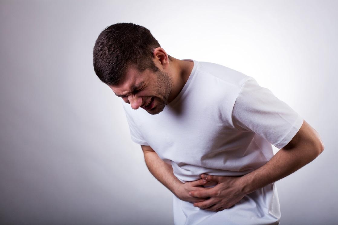 Một người đang đau đớn do bị viêm loét dạ dày