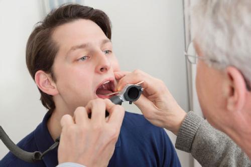 Ung thư thanh quản có thể gây nhiều biến chứng nguy hiểm như không nói được