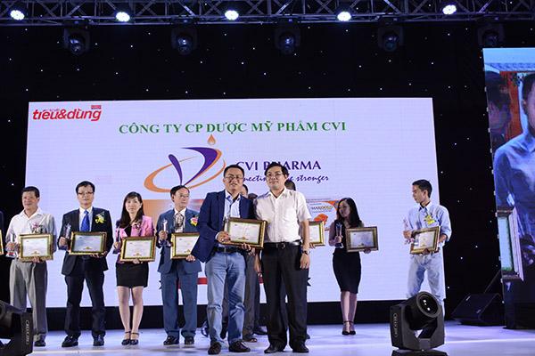 Ông Lã Thượng Thiên – Giám đốc chi nhánh miền Nam đại diện Công ty CP Dược Mỹ Phẩm CVI nhận giải thưởng