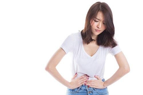 Đau bụng vùng thượng vị là triệu chứng điển hình đầu tiên của bệnh.