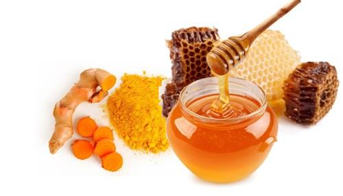 Tinh bột nghệ thường được dùng cùng mật ong cho người bệnh đau bao tử.