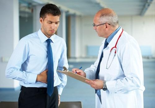 gặp bác sĩ khám và chẩn đoán bệnh dạ dày