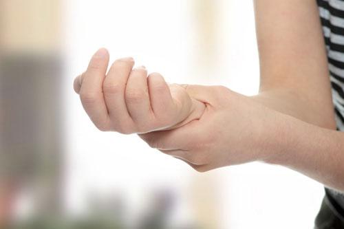 phòng bệnh đau khớp tay