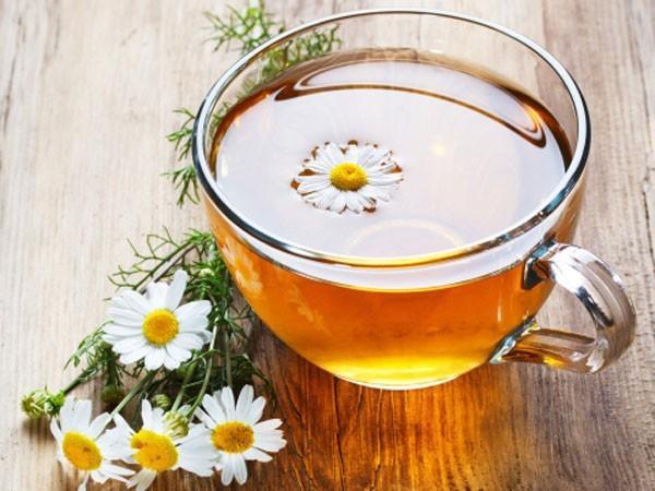 Uống trà hoa cúc là một cách giúp bạn giảm bớt cơn đau dạ dày.