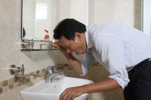 Buồn nôn và nôn là dấu hiệu đau dạ dày ở tình trạng nặng