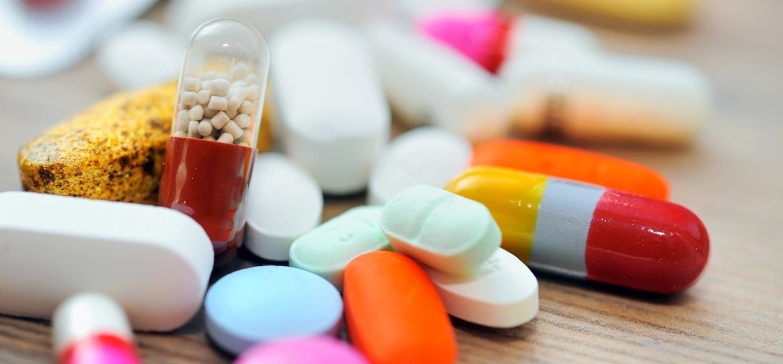 Khi dùng thuốc điều trị viêm loét dạ dày tá tràng cần phải có sự hướng dẫn cụ thể từ nhân viên y tế.