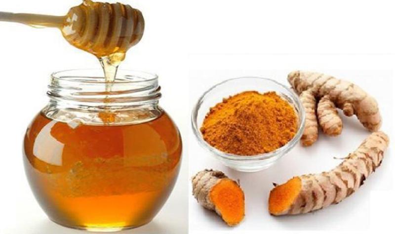 Tinh bột nghệ và mật ong là công thức phổ biến được rất nhiều người dùng.