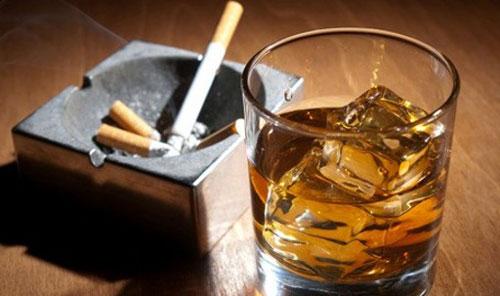 Bị bệnh đau dạ dày do thường xuyên sử dụng thuốc lá và bia rượu