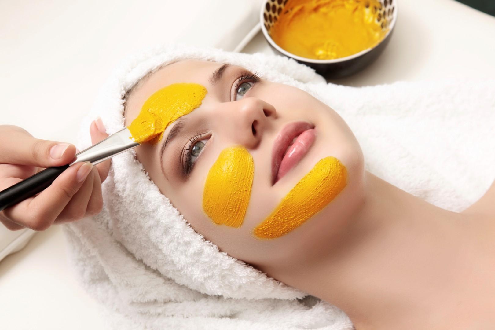 Sử dụng bột nghệ làm mặt nạ dưỡng da, trị mụn là một trong những cách nhanh chóng giúp bạn lấy lại sức sống cho da.