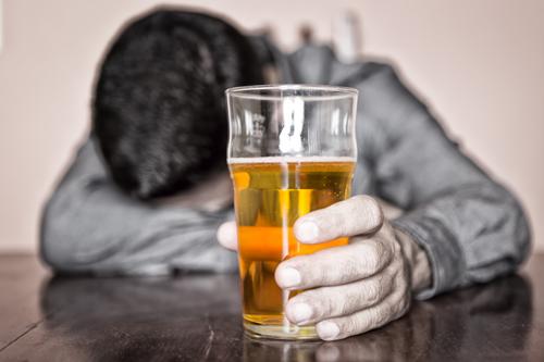 Đàn ông mắc phải viêm gan do sử dụng nhiều rượu bia.