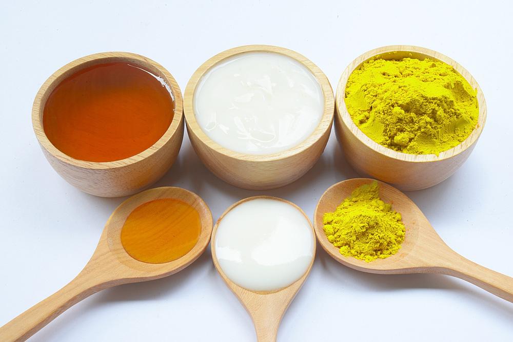 Tinh nghệ có thể sử dụng cùng mật ong hoặc sữa tươi không đường.