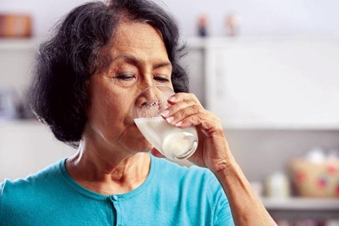 uống 1 ly sữa nhỏ sẽ giúp giảm đau dạ dày