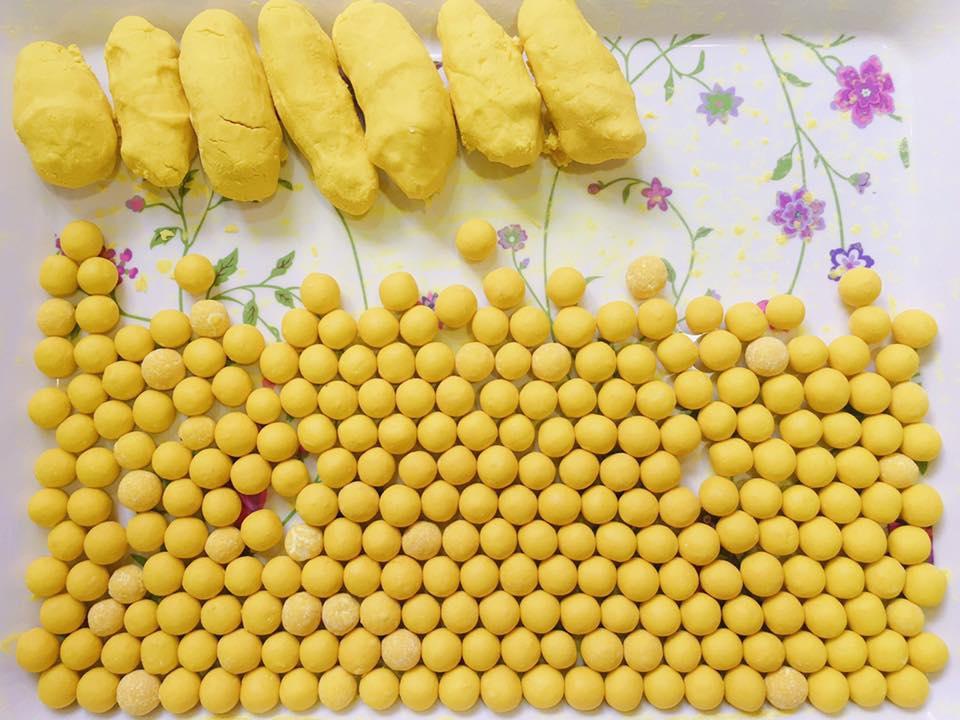 Ăn tinh bột nghệ nguyên chất với mật ong bằng cách nắn thành viên