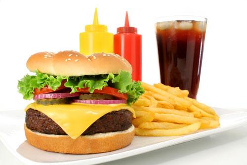 Thức ăn nhanh có thể ngon miêng nhưng thực ra không hề có lợi cho người bệnh đau dạ dày.