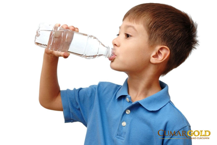 Bé cần bổ sung đầy đủ nước