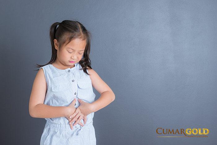 Bé 4 tuổi bị đau dạ dày có dấu hiệu đau bụng
