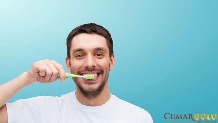 Chăm sóc răng miệng giúp hạn chế những cơn đắng miệng hiệu quả.