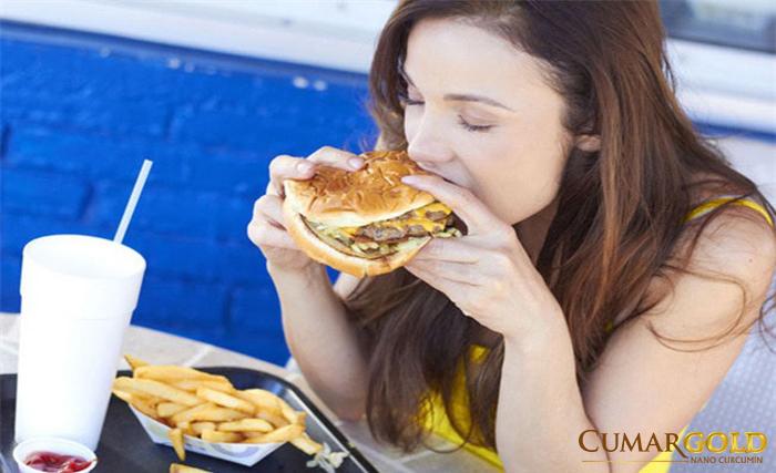 Chế độ ăn uống là một trong nguyên nhân chính dẫn đến tình trạng viêm xung huyết hang vị nhẹ.