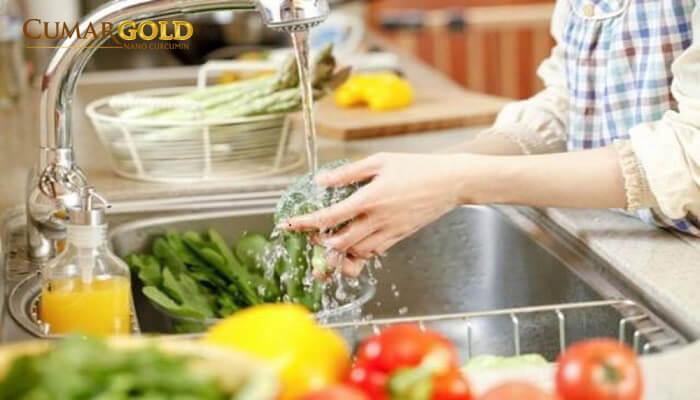 Không rửa sạch các loại rau củ, trái cây
