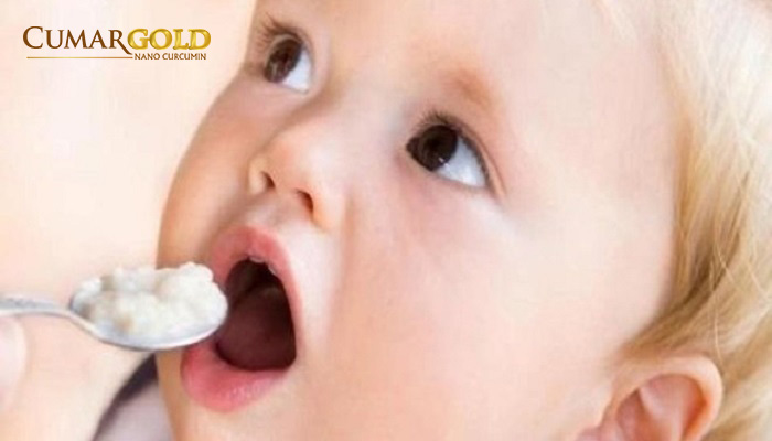 Thói quen mớm cơm cho trẻ