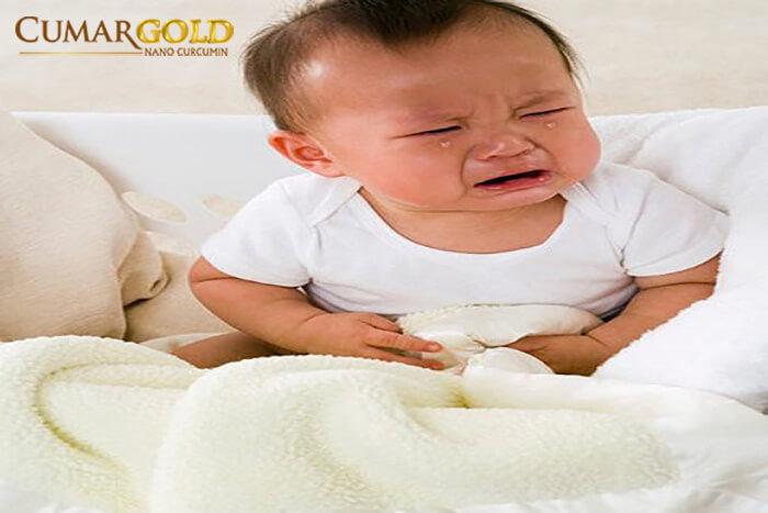 Đau bụng là triệu chứng của trẻ 9 tháng bị đau dạ dày