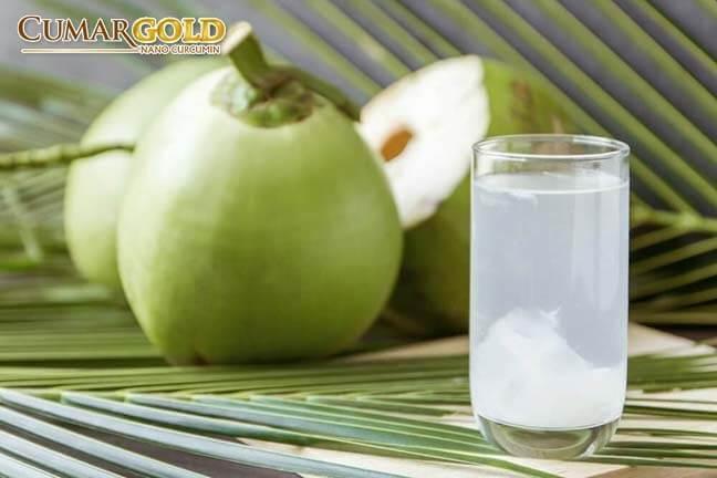 Người bị viêm dạ dày cấp nên uống nước dừa