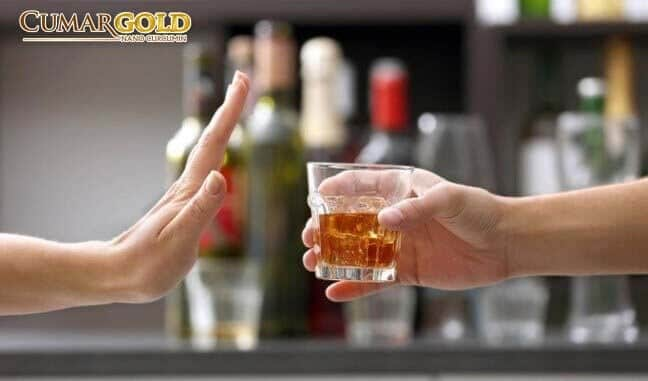 Người bị viêm dạ dày cấp không nên sử dụng đồ uống có cồn