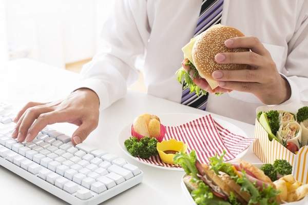 Ăn uống không điều độ, sử dụng nhiều đồ ăn nhanh